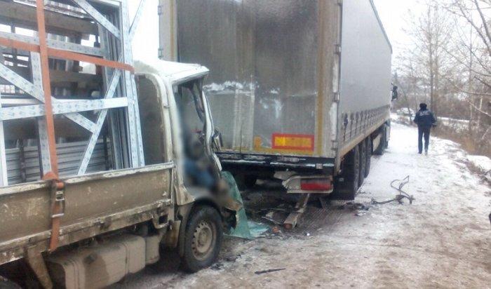 ВЛенинском районе Иркутска вДТП сфурой погиб водитель Toyota Toyoace