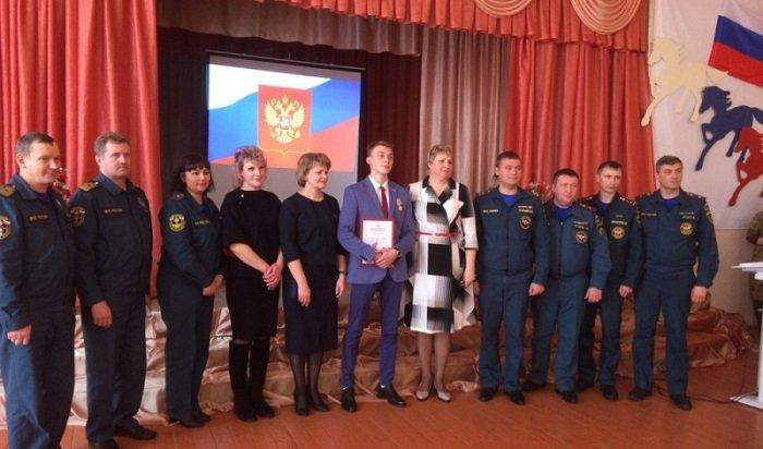 Школьник изТулуна получил медаль отспасателей МЧС