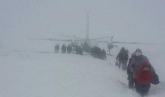 Самолет АН-24 «ИрАэро» при подготовке ковзлету выехал запределы взлетно-посадочной полосы вМагаданской области