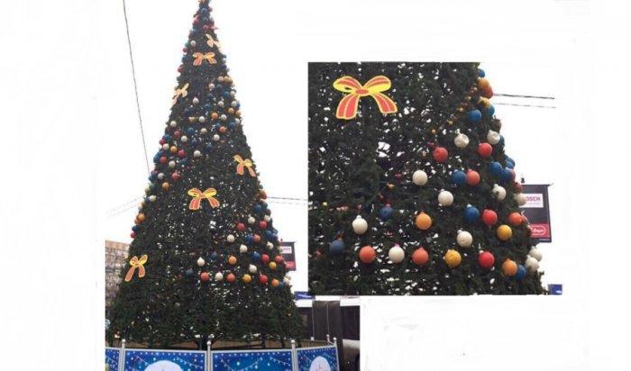 ВКупчино установили елку соблупившимися новогодними шарами