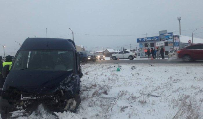 В Усольском районе Toyota Corolla столкнулась с пассажирским микроавтобусом