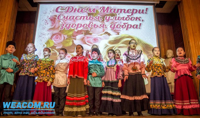 В Иркутске депутат Андрей Хоменко поздравил женщин с Днем Матери