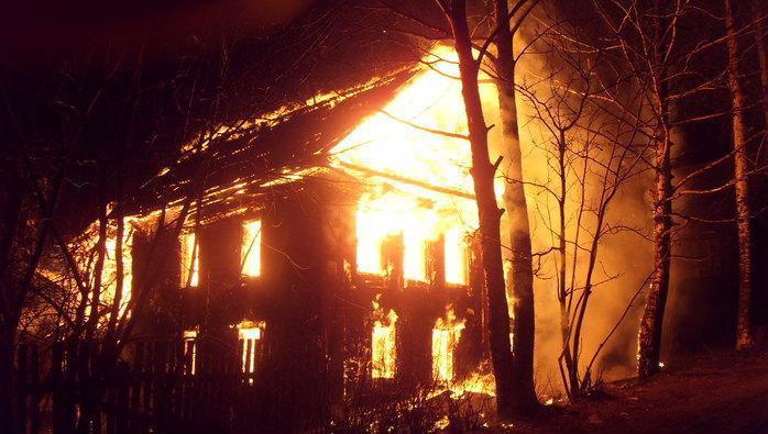 При пожаре в частном доме в Осинском районе погибли три человека