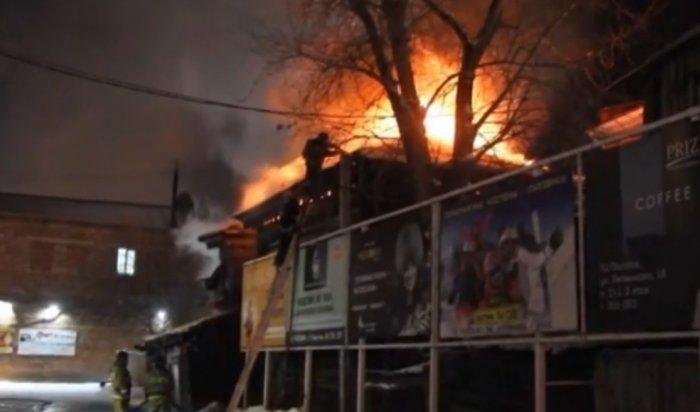 Двухэтажный деревянный дом горел наулице Дзержинского вИркутске