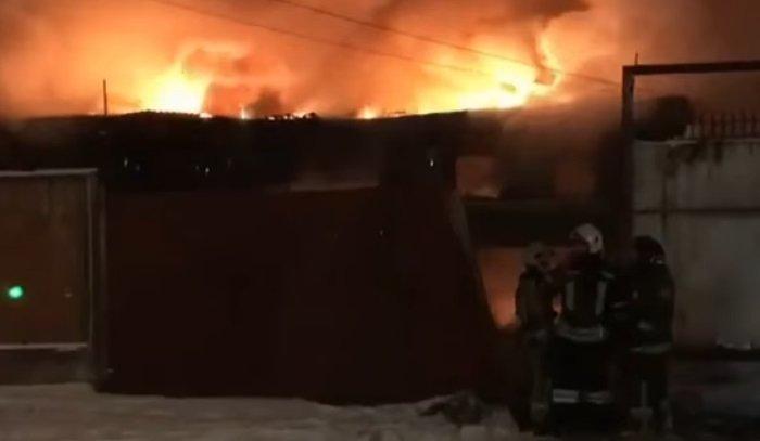 В Иркутске горел заброшенный автосервис