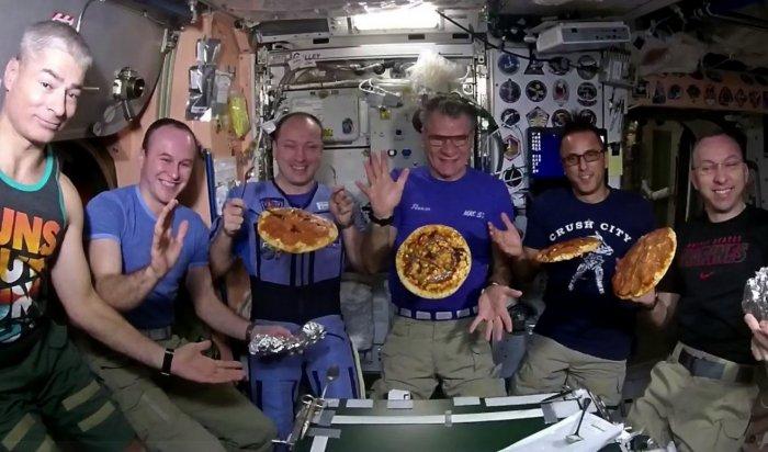 Итальянский астронавт приготовил пиццу в космосе (Видео)
