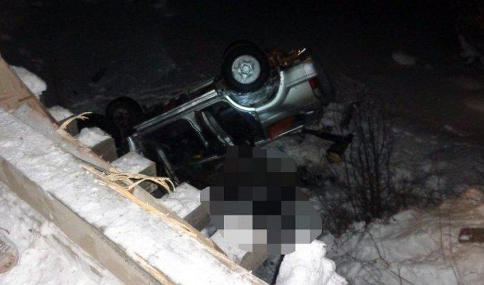 В Тайшетском районе при падении автомобиля в реку погибли два человека