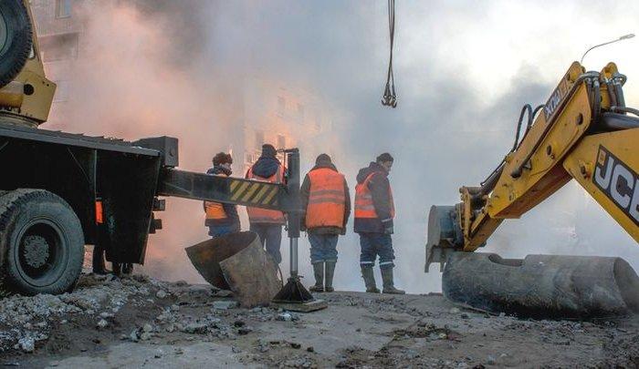 В Санкт-Петербурге женщина по пояс провалилась в яму с кипятком