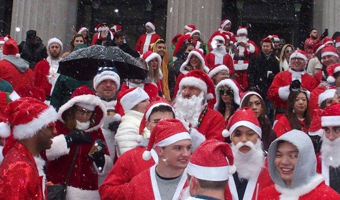 В центре Нью-Йорка прошел парад Санта-Клаусов и Дедов Морозов