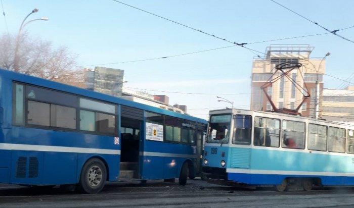 В Иркутске на съезде с Глазковского моста столкнулись трамвай и пассажирский автобус (Видео)