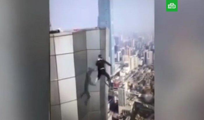 Известный китайский экстремал погиб, сорвавшись с небоскреба