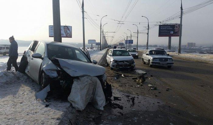 На плотине ГЭС в Иркутске столкнулись сразу шесть автомобилей