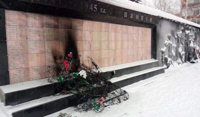 ВУсть-Куте вандалы сожгли венки на мемориале погибшим в ВОВ