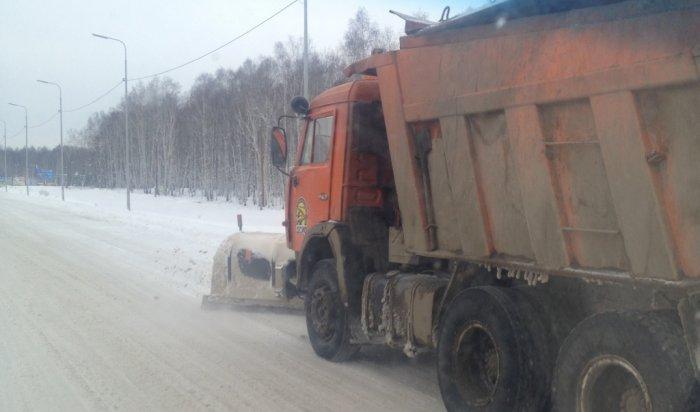 В Иркутской области Дорожная служба убирает снег на 96 дорогах
