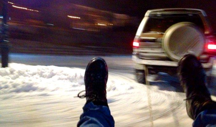 ВУсть-Илимске 25-летний мужчина пострадал вовремя катания накапоте от«Жигулей», пристегнутом тросом кавто