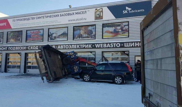 В Ангарске опрокинулся эвакуатор при разгрузке автомобиля Nissan X-Trail (Видео)
