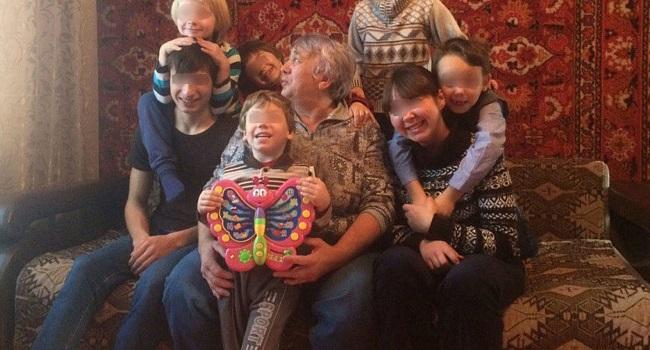 Органы опеки отобрали у матери семерых детей из-за длинных волос у мальчика