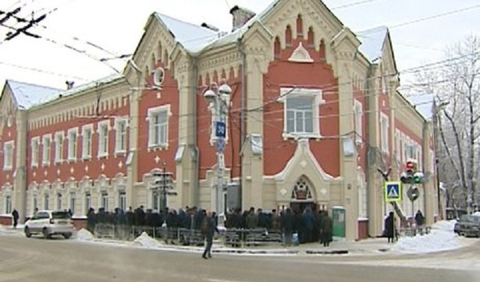 В Иркутске на улице Свердлова десятки человек выстроились в очередь в клинику глазных болезней