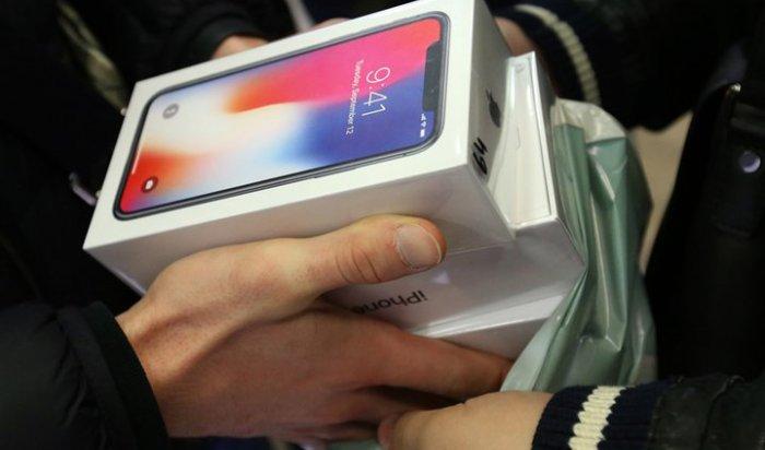... сдать в ломбард автомобиль. Москвича под дулом пистолета заставили  купить iPhone в кредит 8a88e1003f8