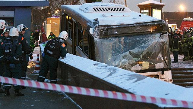 В Москве пассажирский автобус на скорости въехал в подземный переход