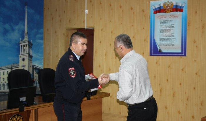 В Ангарске наградили водителя такси, который спас семилетнего ребенка