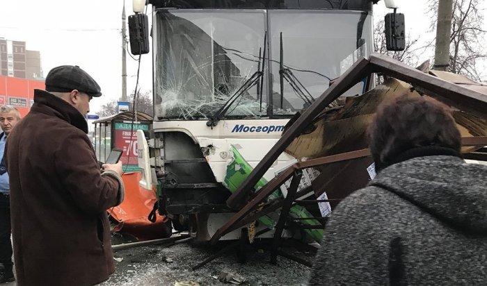 В Москве автобус снёс остановку общественного транспорта