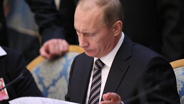 Владимир Путин списал долги россиян по налогам