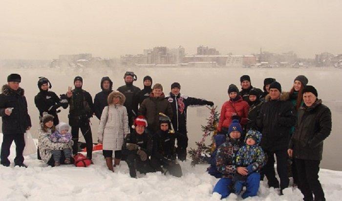 ВИркутске дайверы установили елку надне Ангары