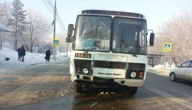 В Ново-Ленино пассажирский автобус столкнулся с иномаркой