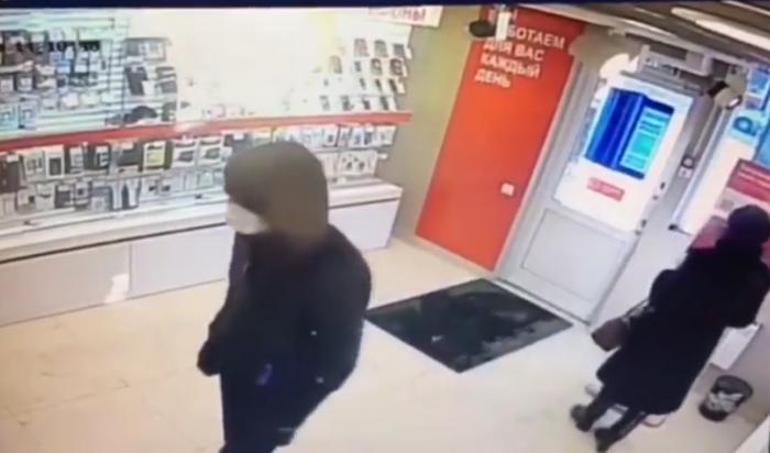 В Иркутске на улице Депутатской ограбили салон сотовой связи (Видео)