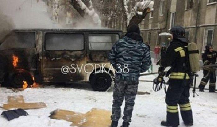 В Иркутске в гараже в автомобиле Mazda Bongo сгорел мужчина