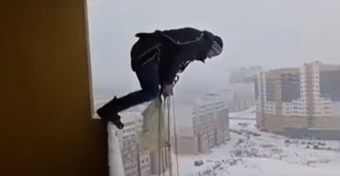 ВИваново мужчина остался жив после прыжка сбалкона многоэтажки
