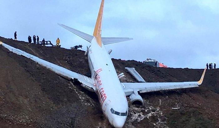 Boeing 737-800 со162пассажирами завис над обрывом вТурции