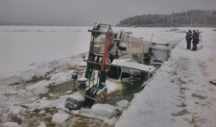 В Киренском районе проходит спасательная операция по подъему двух затонувших в реке грузовиков