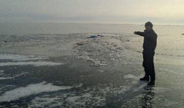 На Байкале в Ольхонском районе под лед провалились трое мужчин намотоцикле «Урал», двое погибли