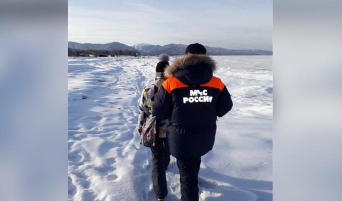 На Байкале спасена 17-летняя девушка, которая хотела прогуляться по неокрепшему льду