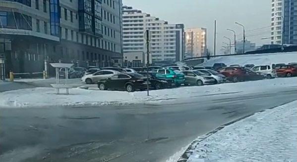 В Красноярске из-за прорыва трубы затопило дорогу уарбитражного суда