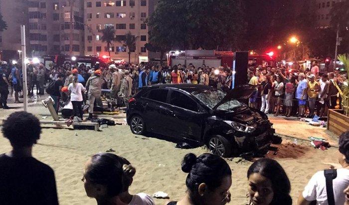 ВРио-де-Жанейро автомобиль въехал втолпу людей