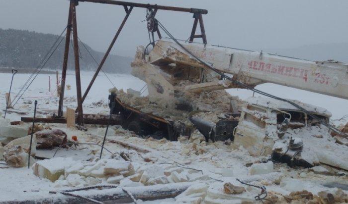 В Киренском районе на месте провала большегрузов продолжаются аварийно-спасательные работы
