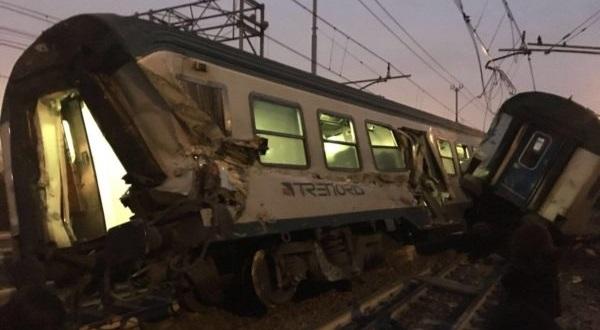 ВИталии поезд сошел срельсов, два человека погибли
