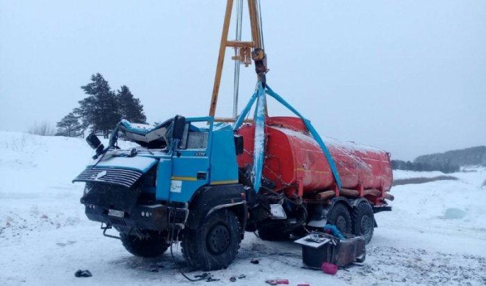 Спасатели достали из реки Лены провалившийся под лед бензовоз