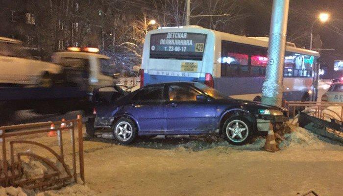 Автомобиль протаранил толпу людей на остановке в Иркутске