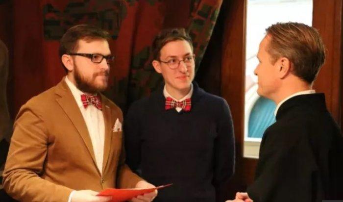 Столичные геи-молодожены закрылись вквартире инеотдают паспорта