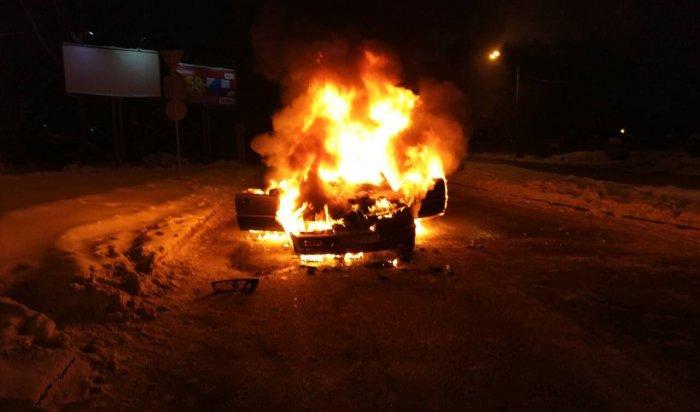 В Иркутске на улице Розы Люксембург сгорел автомобиль Honda Vigor
