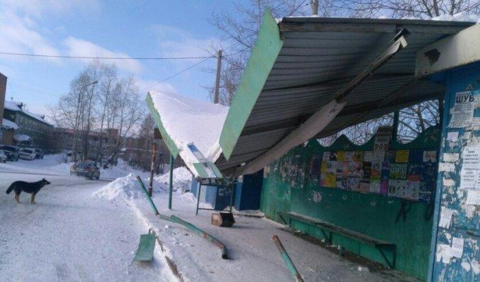 ВБратске водитель автобуса «ПАЗ» въехал вконструкцию остановки, пострадала женщина