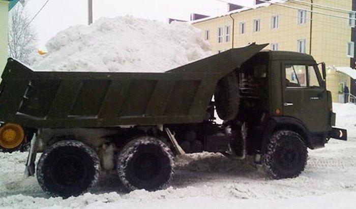В Москве при уборке снега задействовали военную технику