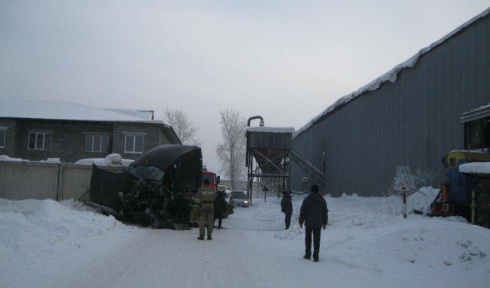 В Братске поезд врезался в грузовой автомобиль (Видео)