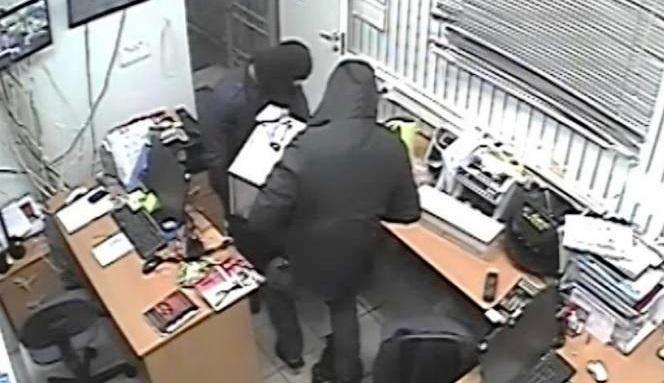 НаКамчатке мужчины под видом сантехников украли сейф с 10млн рублей