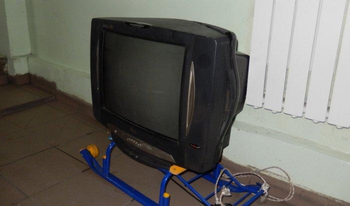 В Усолье двое мужчин увезли на санках краденный с дачи телевизор