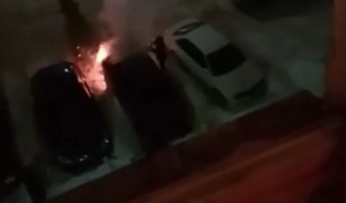 В Иркутске на улице Академика Курчатова сгорел автомобиль Hyundai Solaris